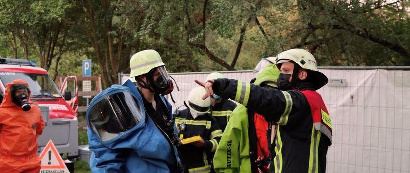 Feuerwehr Rhein-Selz: Gefahrstoffgruppe und Führungsunterstützung üben die Zusammenarbeit