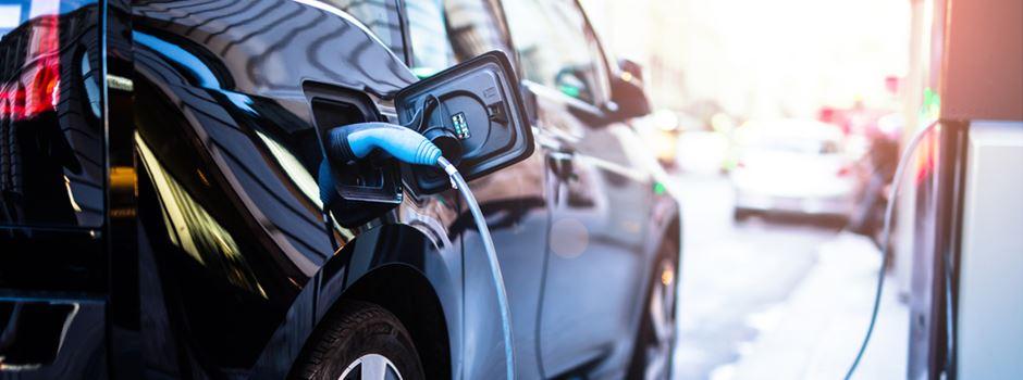 Kostenlose Parkplätze und mehr: Diese Vorteile haben E-Autos in Wiesbaden