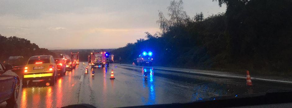 Stau auf der A3 nach Verkehrsunfall bei Starkregen