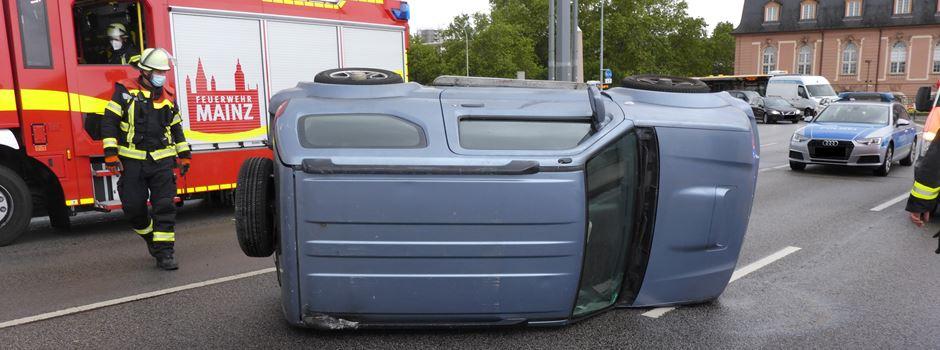 Autofahrer überschlägt sich auf Theodor-Heuss-Brücke
