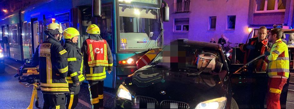 Straßenbahn und Auto frontal zusammengestoßen