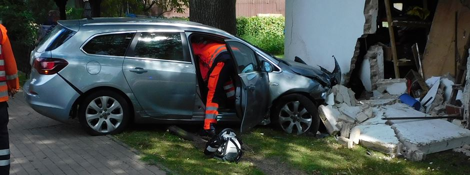 Unfall in Insel: 82-jähriger Autofahrer prallt gegen Scheunenwand