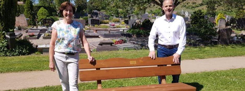 Birgit Raddeck stiftet Bank für den Niersteiner Friedhof