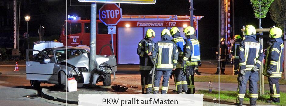 PKW prallt auf Masten - Zwei Schwerverletzte