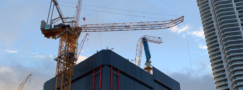 Frankfurt: Kran-Teil stürzt aus 30 Metern hinunter
