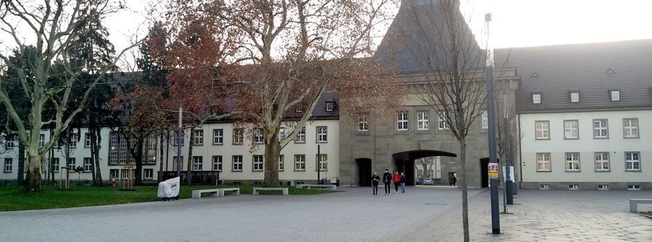 Mann entblößt sich auf dem Uni-Campus