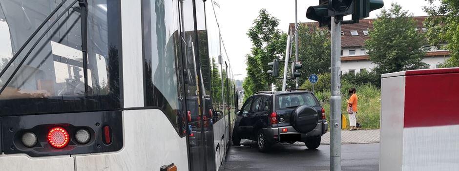Straßenbahn kollidiert mit Pkw