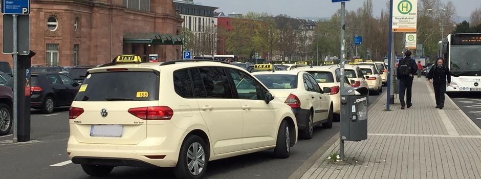 Wiesbadener Taxifahrer fühlen sich in ihrer Existenz bedroht