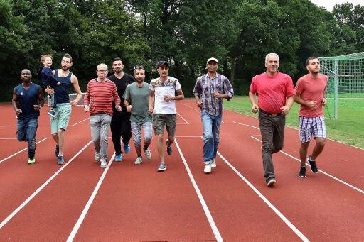 Flüchtlinge legen das Sportabzeichen ab