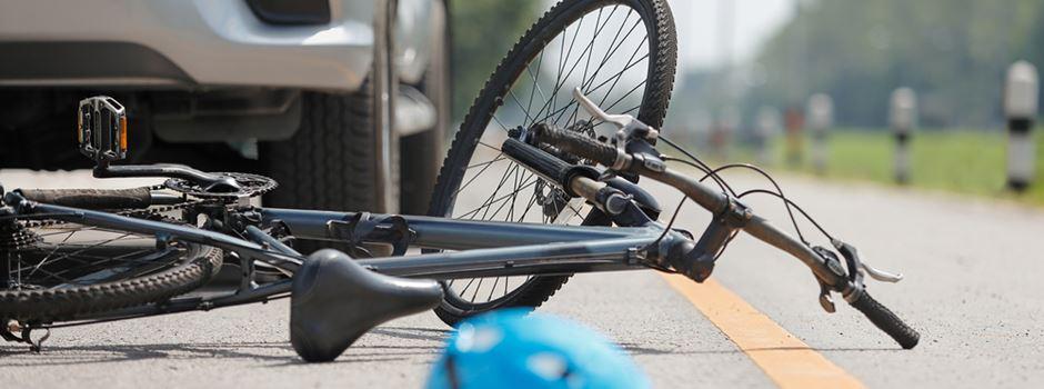 Drei Fahrradfahrer an einem Tag von Autos angefahren