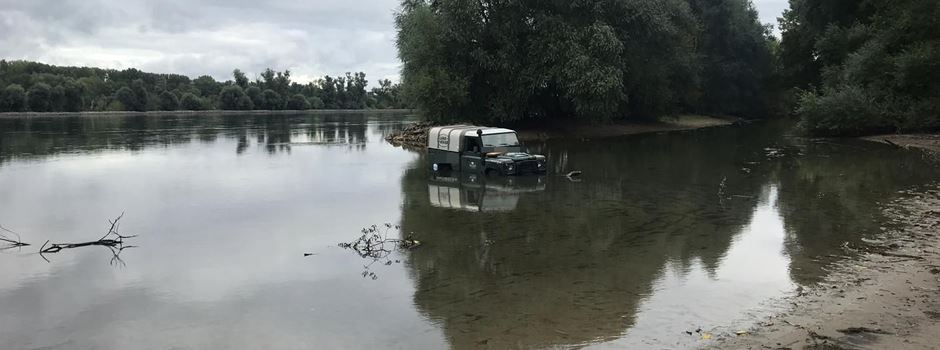Geländewagen in Rhein festgefahren