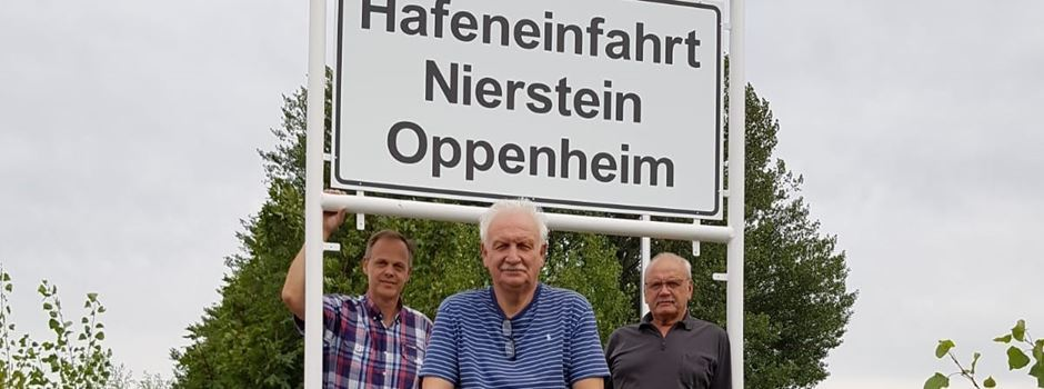 Neues Schild grüßt die Schifffahrt an der Hafenspitze Nierstein/Oppenheim