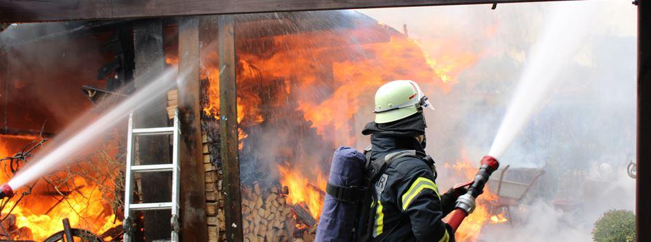 Unterstand lichterloh in Flammen