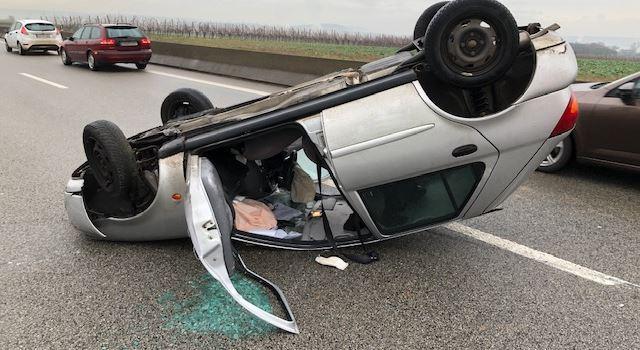 Auto überschlägt sich: Zwei Schwerverletzte