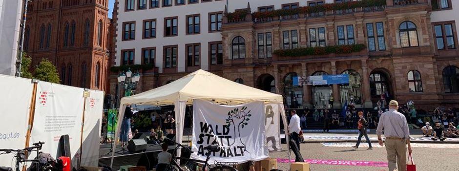 Friedliche Demo gegen Autobahnausbau vor dem Hessischen Landtag