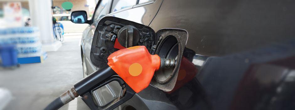 Unfall an der Tankstelle: Auto klemmt Frankfurterin die Beine ein