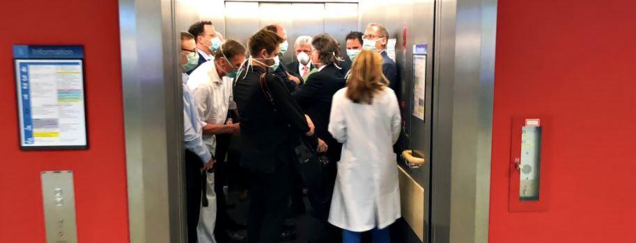 Dicht gedrängt im Aufzug - Bußgeld für Bouffier, Spahn und Co.?