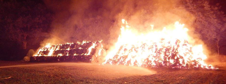 280 Strohballen in Flammen