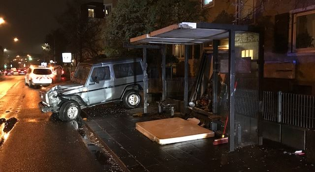 Autos krachen in Bushaltestelle und Ampel