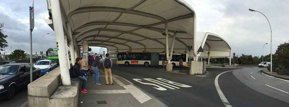 Fahrgast schlägt Mann im Bus Glasflasche auf den Kopf