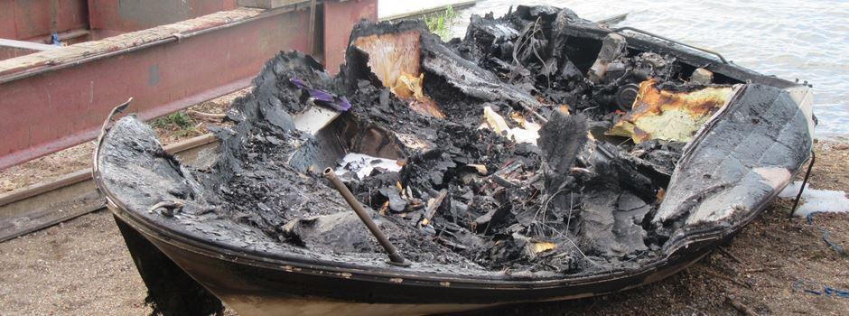 Sportboot brennt