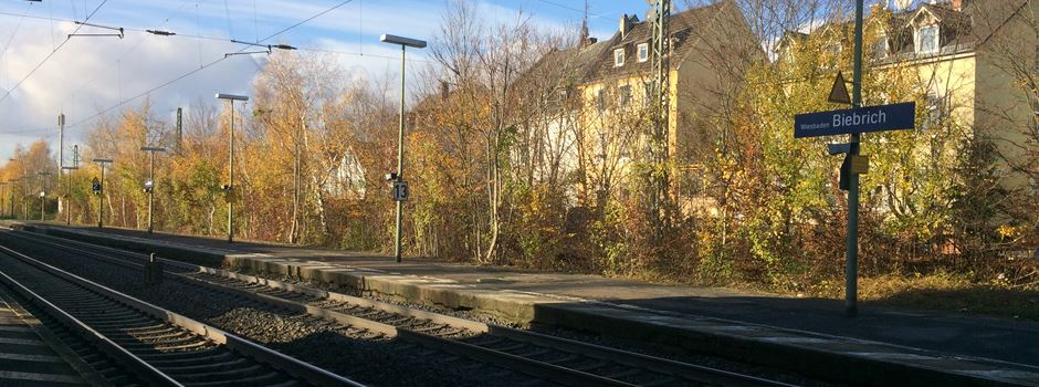 Frau bleibt mit Auto auf Gleisen hängen und behindert damit Bahnverkehr