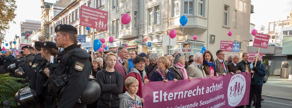 """""""Hass-Bus"""" macht Halt in Wiesbaden"""