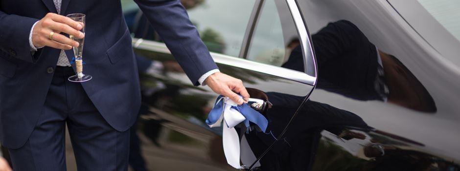 Bräutigam vergisst Hochzeitsgeschenk auf Autodach
