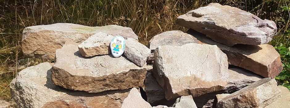 Bunte Steine erobern jetzt auch Schierstein
