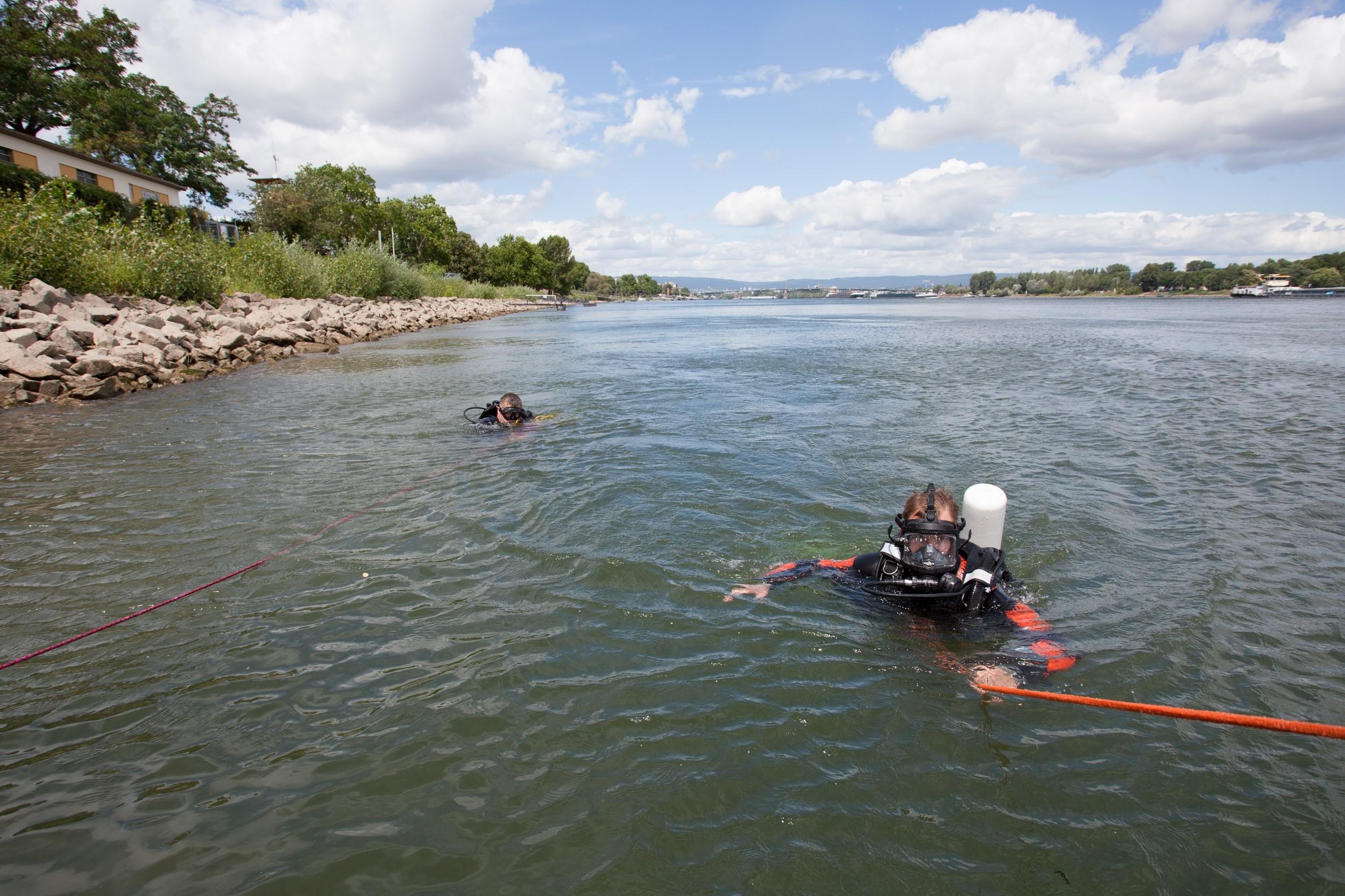 Rauchbombe im Rhein kontrolliert gesprengt